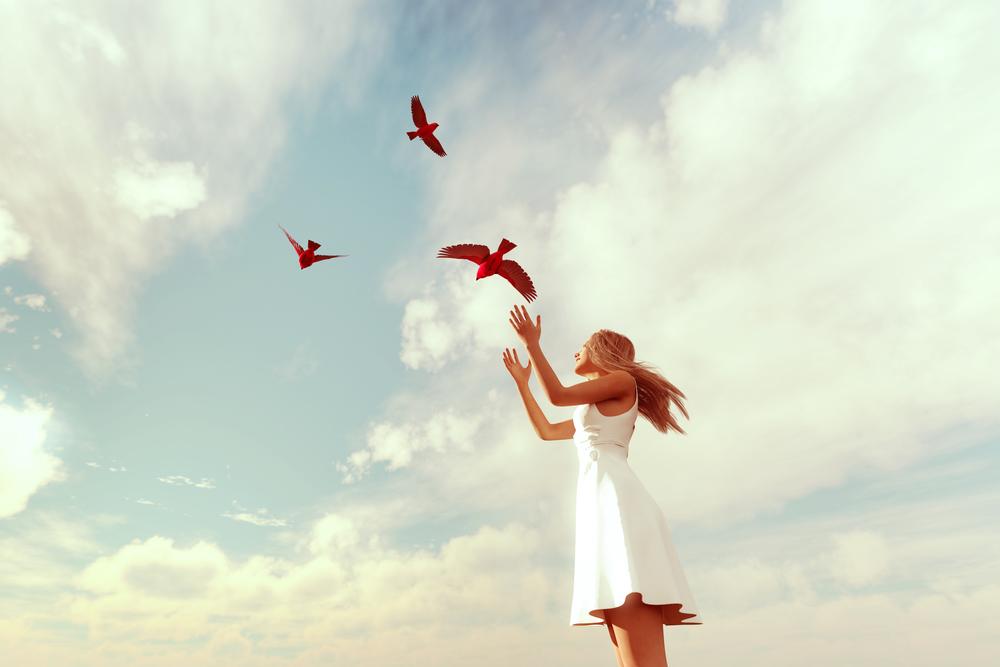 Μικρό κορίτσι βόλτες μεγάλο πουλί